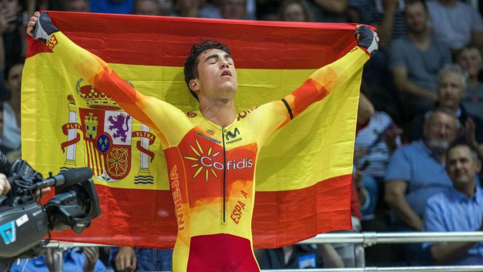 Albert Torres, con la bandera española y el rostro cansado