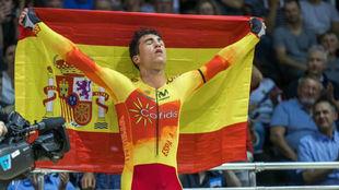 Albert Torres, con la bandera espa�ola y el rostro cansado