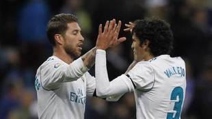 Ramos y Vallejo chocan las manos al final del partido.