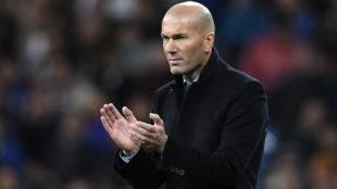 Zidane aplaude durante el Real Madrid-Las Palmas.