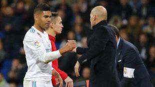 Casemiro saluda a Zidane en el cambio.