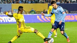 Villa tratando de superar a un defensa de Columbus
