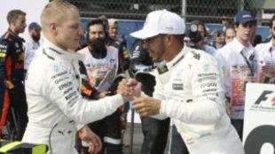 Valtteri Bottas felicita a Lewis Hamilton por el t�tulo tras el GP de...