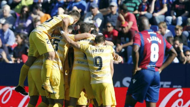 Los jugadores del Girona festejan un gol ante la mirada de Lerma.