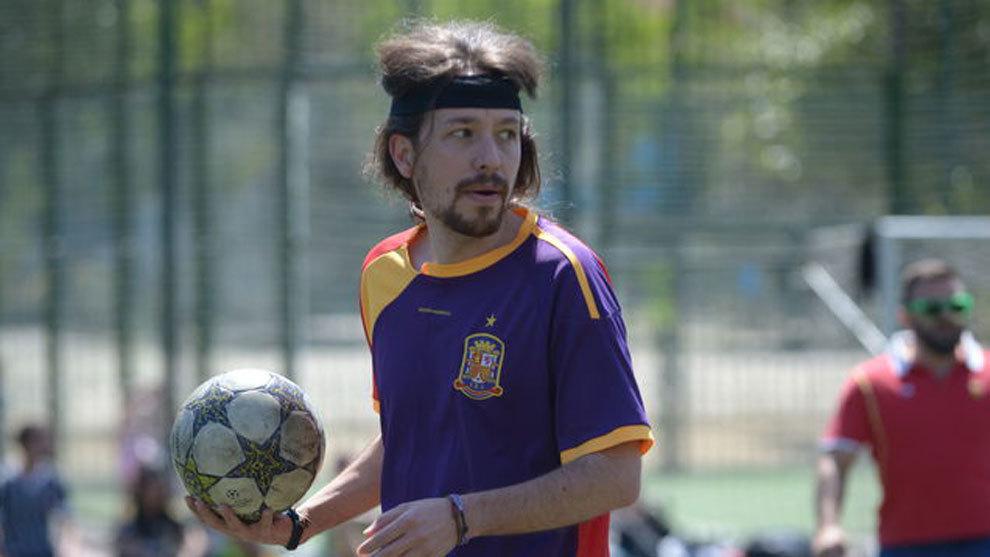 Iglesias, con una camiseta no oficial de España y los colores de la...