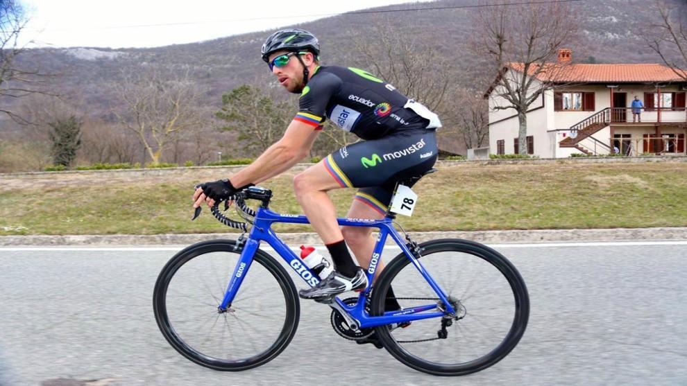 Jordi Simón pedaleando con el maillot del Movistar
