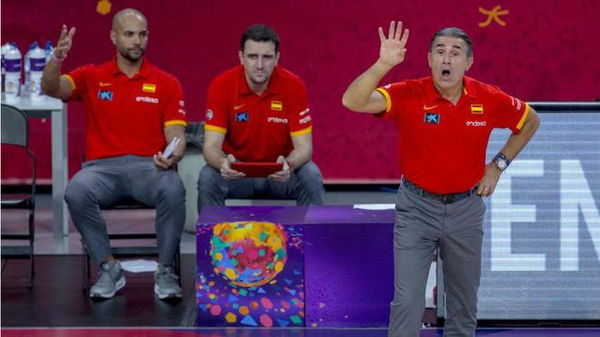 Sergio Scariolo da instrucciones a sus jugadores durante un encuentro...
