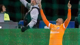 Mauro Manotas celebra el gol de la victoria