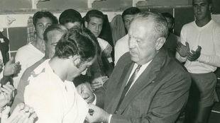 Santiago Bernab�u, entregando la Laureada a Pirri en el vestuario del...