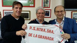 Berizzo, junto al presidente de la Pe�a y al del Sevilla.