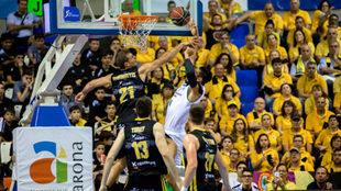 En esta jugada se lesionó Ayón ante el Iberostar Tenerife.