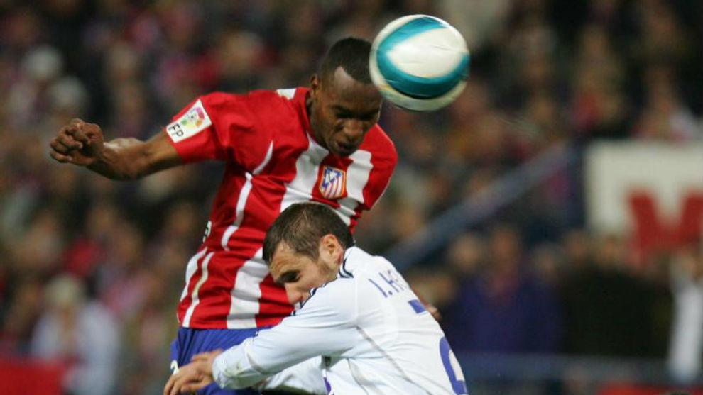 Iván Helguera y Luis Amaranto Perea luchan por el balón en un derbi