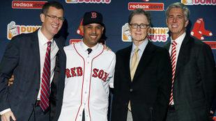Alex Cora es presentado con los Red Sox.