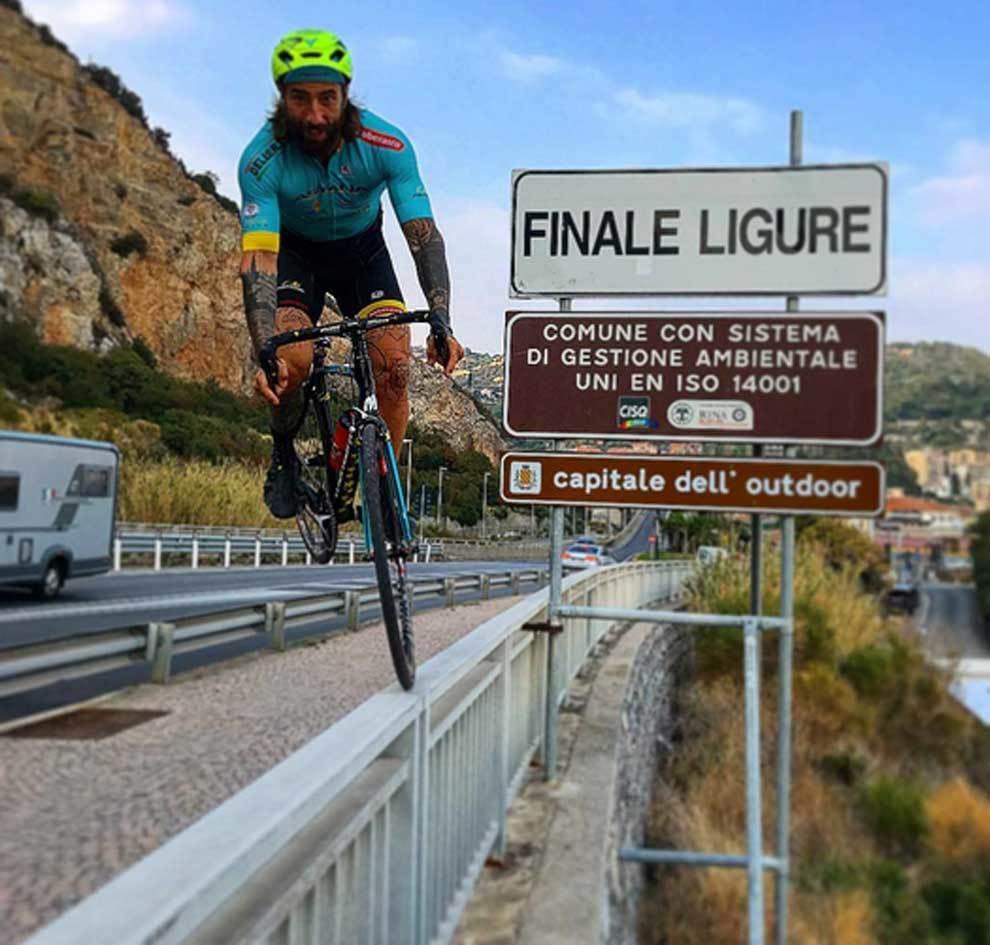 Vittorio Brumotti jugándose la vida con su bicicleta sobre la...