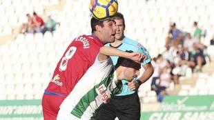 Escassi disputa un balón aéreo con Aguza durante el...