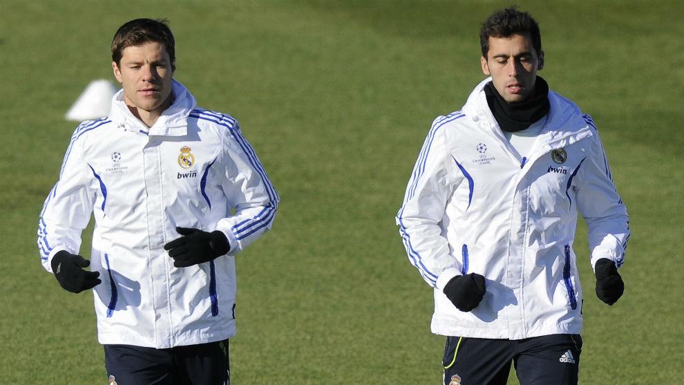 Xabi Alonso y Arbeloa se ejercitan durante su etapa en el Real Madrid.