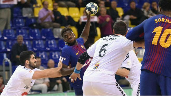 El lateral derecho galo del Barcelona, Dika Mem, es defendido por el...