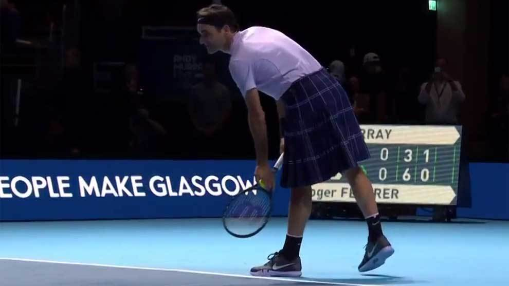 Roger Federer jugando contra Andy Murray con una falda escocesa