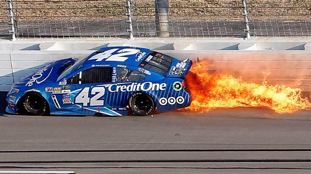 El coche de Kyle Larson (Credit One Bank Chevrolet) empezó a soltar...