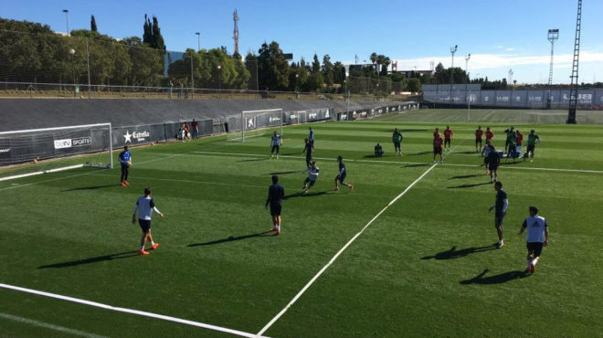 La plantilla del Valencia durante el entrenamiento de hoy.