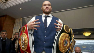 Tyson Fury, con los dos cinturones de los pesados en una imagen de...