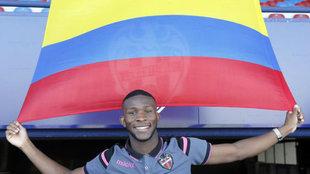 Lerma  posa para MARCA con una bandera de Colombia.
