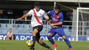 Álex Moreno disputa un balón con Jose Arnaiz en el duelo de filiales...