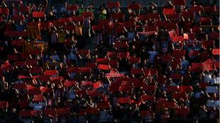 Aficionados del Girona hacen un mosaico en el estadio de Montilivi