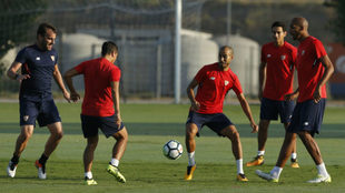 Pizarro, junto a N'Zonzi, Ganso y Ben Yedder.