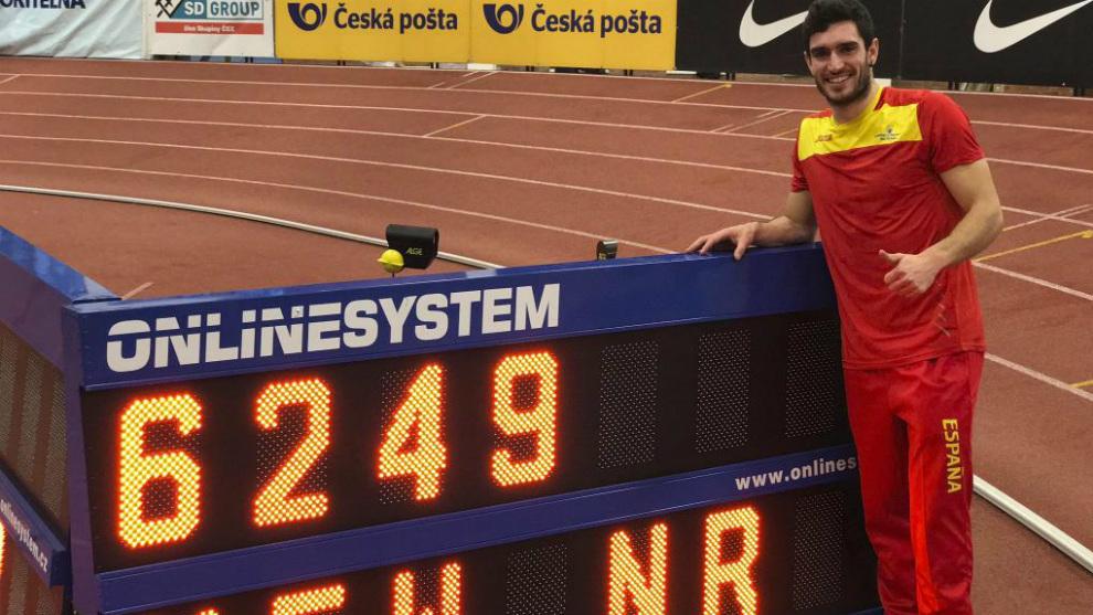 Jorge Ureña posa junto a un marcador con su récord de España