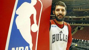 Nikola Mirotic, con la camiseta de los Bulls, junto a un escudo de la...
