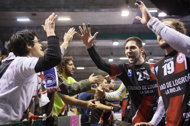 Kukic y Oswaldo celebran el triunfo con aficionados roijanos...
