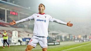 Igor Angulo celebra un gol con el G�rnik.