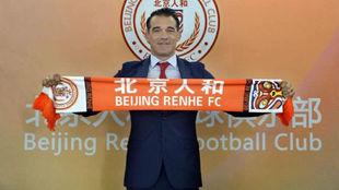 Luis García posando con la bandera de Beijing Renhe