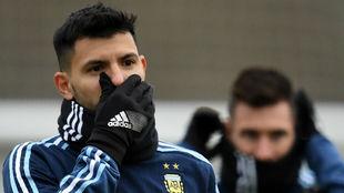 Ag�ero en un entrenamiento con Argentina