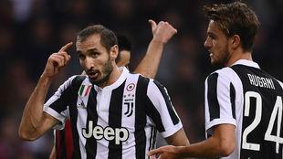 Giorgio Chiellini pide cabeza a sus compañeros durante el partido...