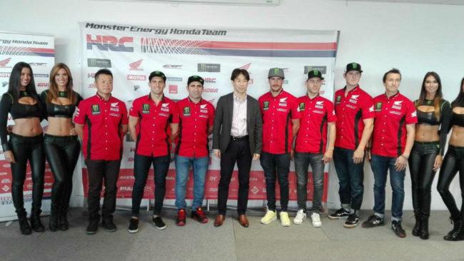 Foto de familia en la presentación del equipo Honda para el Dakar...