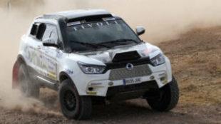 Óscar Fuertes pilota su SsangYong Tivoli en un rally todo terreno.
