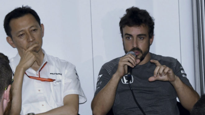 Alonso habla delante de Hasegawa.
