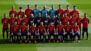 Los jugadores de la selección posan con la nueva camiseta