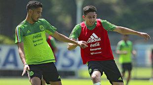 Diego Reyes y Héctor Herrera durante un entrenamiento de la...