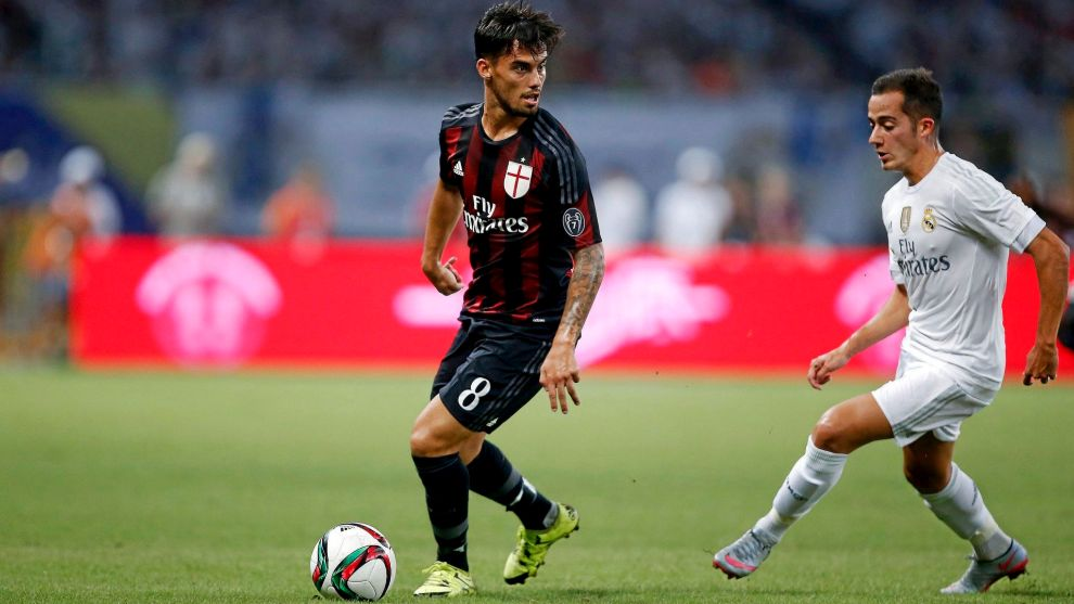 Suso encara a Lucas Vázquez en un partido entre Milan y Real Madrid