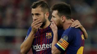Jordi Alba habla con Messi en el partido ante el Olympiakos de la...