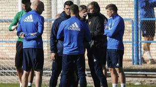 Natxo González habla con sus jugadores antes de una sesión.