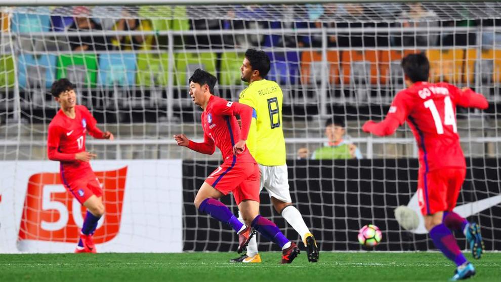 Son (centro) celebra tras anotar su primer gol ante Colombia