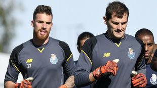 José Sá calienta junto a Iker Casillas en un entrenamiento.