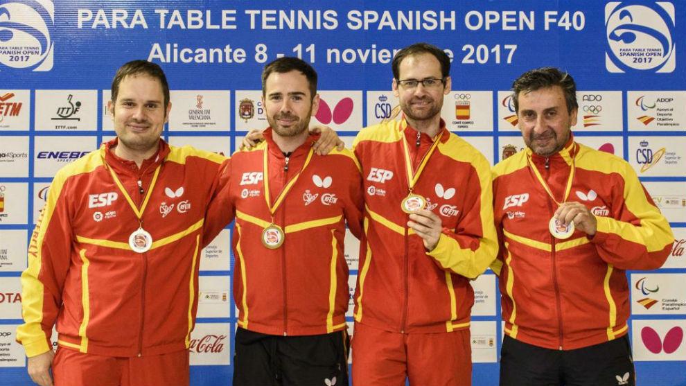 Los españoles posan con sus medallas