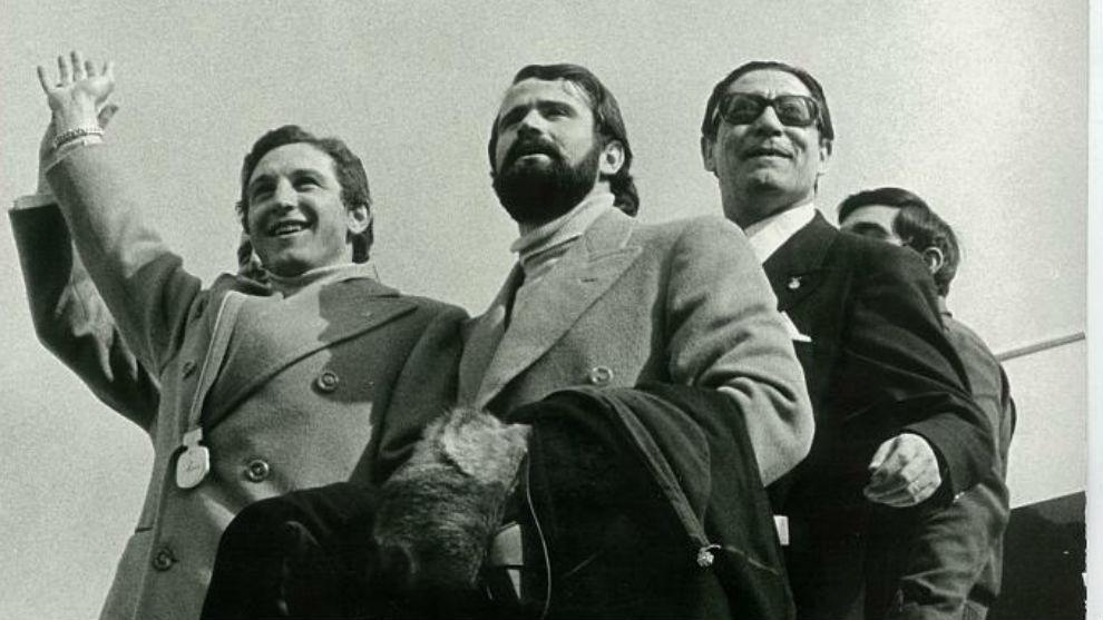 Paquito Fernández Ochoa, con la medalla de oro colgada al cuello,...