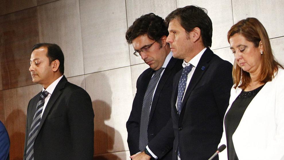 Mateo Alemany, segundo por la derecha, antes de empezar la junta.