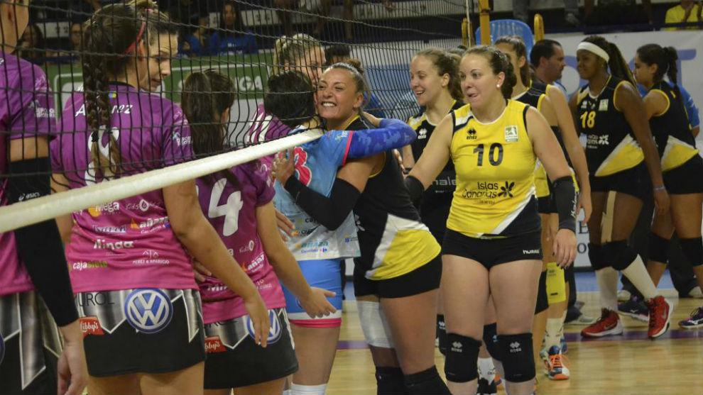 Las jugadoras del Aguere saludan a las rivales